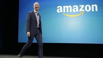 Amazon-Gründer und -Chef Jeff Bezos ist dank einem weiteren Kursanstieg bei seinem Unternehmen zum drittreichsten Amerikaner aufgestiegen. (Archivbild)