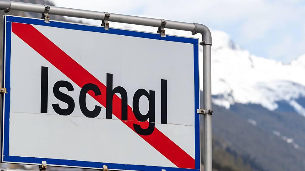 Ein Ortsschild mit durchgezogener roter Linie steht am Ende der Ortschaft Ischgl.