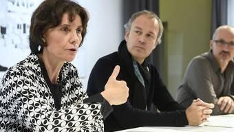 Die Genfer Staatsrätin Anne Emery-Torracinta (links) stellte den neuen Lehrgang für Comiczeichner am Donnerstag zusammen mit den Zeichnern Zep (Mitte) und Tom Tirabosco (rechts) vor.