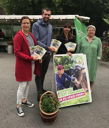 Die Vorstandsmitglieder Myriam Frey Schär, Raphael Schär, Anita Huber und Beate Hasspacher machen Werbung für die Fair-Food-Initiative