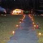 Drei Karretten Kerzen säumten den Wurzelweg.