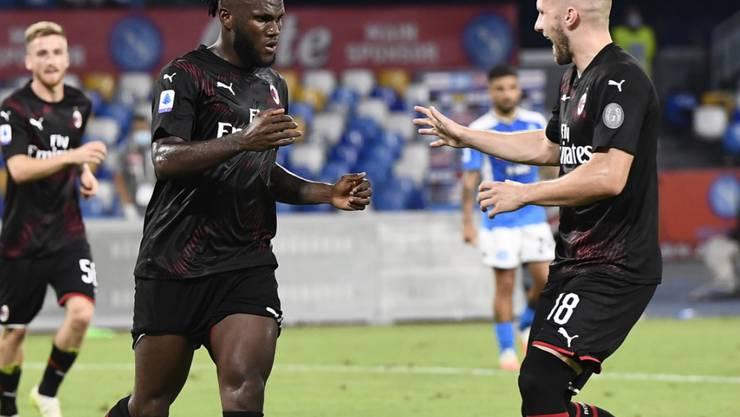 Milans 2:2-Torschütze Franck Kessié (links) klatscht mit Ante Rebic ab