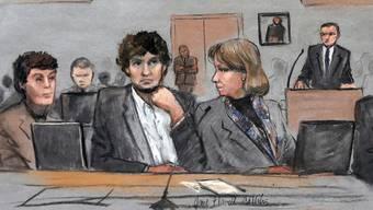 Dschochar Zarnajew während der Gerichtsverhandlung zwischen seinen beiden Anwälten.