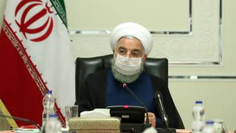 HANDOUT - Hassan Ruhani, Präsident des Iran, trägt einen Mundschutz während er eine Sitzung des Nationalen Komitees zur Bekämpfung des Coronavirus leitet. Foto: -/Iranian Presidency/dpa - ATTENTION: editorial use only and only if the credit mentioned above is referenced in full