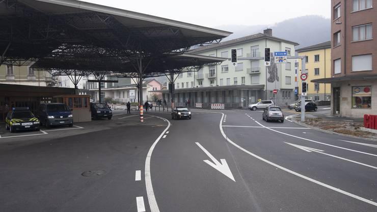Der Grenzübergang bei Chiasso nach Italien ist auch am Dienstag nach den in Norditalien bekannt gewordenen Corona-Fällen befahrbar wie immer.