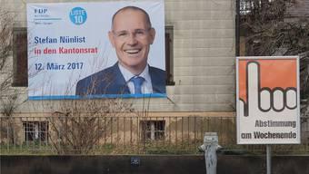 Ein grossformatiges Wahlplakat von Stefan Nünlist an einem Haus in Dulliken.