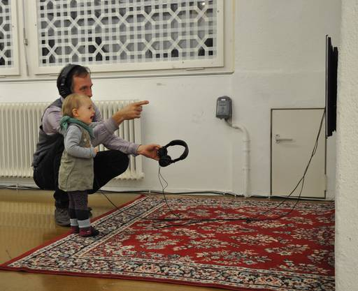 Skype verbindet über einen Perserteppich zwei Wohnzimmer - eine im Iran, eine in der Schweiz