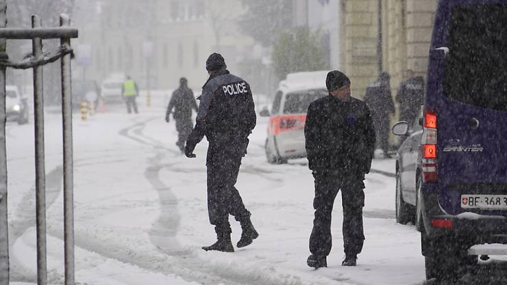 Ein Teil der Bözingenstrasse in Biel war am Mittwoch gesperrt, nachdem sich eine bewaffnete Person in einem Gebäudede verschanzt hatte. Der mehrstündige Spuk lief letztlich glimpflich ab. Die Polizei konnte zwei Männer in Gewahrsam nehmen.