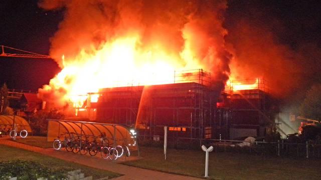 Mehrfamilienhaus brennt lichterloh