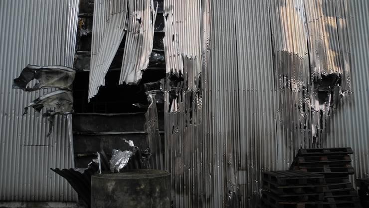 Wegen einer Explosion hat sich die Fassade der Lagerhalle nach aussen gebogen.