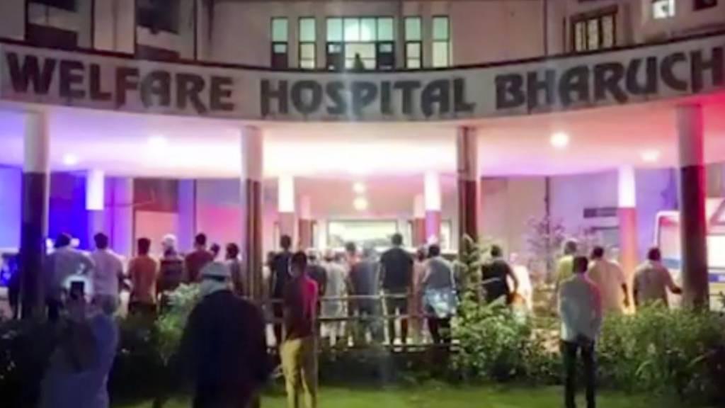 SCREENSHOT - Bei einem Brand in einem Krankenhaus im indischen Bharuch sind mindestens 18 mit dem Coronavirus infizierte Patienten ums Leben gekommen. Weitere 50 Menschen seien am frühen Samstagmorgen von Einheimischen und Feuerwehrleuten aus dem vierstöckigen Welfare Hospital gerettet worden, berichtete die Zeitung «Times of India» unter Berufung auf die Polizei. Foto: Uncredited/KK PRODUCTIONS/AP/dpa