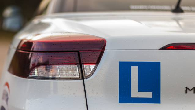 Anfang Januar begleitete ein 39-Jähriger eine Lernfahrerin im Auto. Auch er selbst hatte nur einen Lernfahrausweis. (Symbolbild)