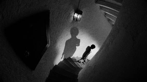In diesem Film geschehen nachts seltsame Dinge: Klaviere werden wie durch Zauberhand geflickt und Fremde laufen durch die Wohnung.  Agora