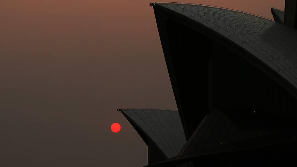 Rauch in der Metropole Sydney färbt die Sonne tagsüber rot. Im Bild: Das Opera House. (Archivbild)
