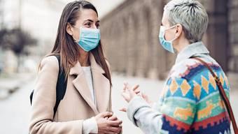 Personen mit einer Hörbehinderung können mit nicht mehr Lippenlesen – und wer schlecht sieht, erkennt wegen der Maske seine Freunde nicht mehr.
