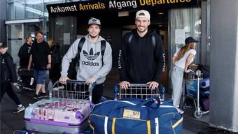 Kevin Fiala (l.) und Roman Josi bei der Ankunft in Kopenhagen – die beiden NHL-Profis verstärken die Schweizer Eishockey-Nationalmannschaft.Keystone