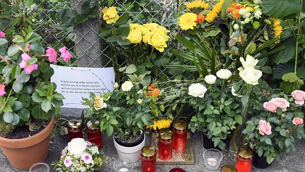 Blumen beim Arosasteig in Zürich: Hier starb ein 42-jähriger Schweizer aus Zürich an seinen Verletzungen, nachdem ihm mehrere Stichwunden zugefügt worden waren. Ein der Tat dringend verdächtigter Mann ist noch immer auf der Flucht. (Archivbild)
