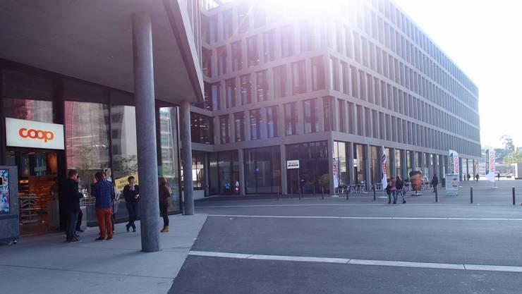Der Campus-Neubau: Im Migros-Take-away (rechts im Bild) gibt esRabatt – im Coop (vorne) nicht. Luisa Bider