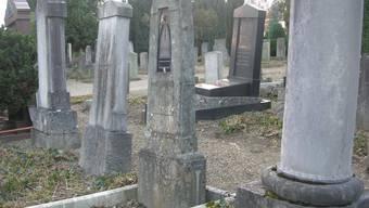 Anders als auf christlichen werden auf jüdischen Friedhöfen auch sehr alte Gräber nicht eingeebnet. Im Bild der Friedhof Unterer Friesenberg in Zürich.