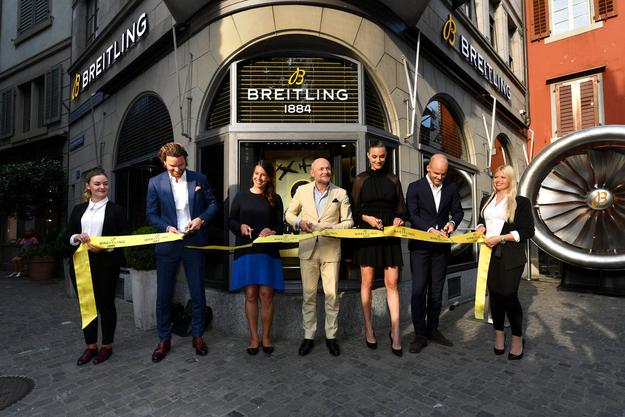 Adrian Bindella, Dominique Gisin, Breitling CEO Georges Kern, Ronja Furrer and Steven Biedert schneiden das Band durch