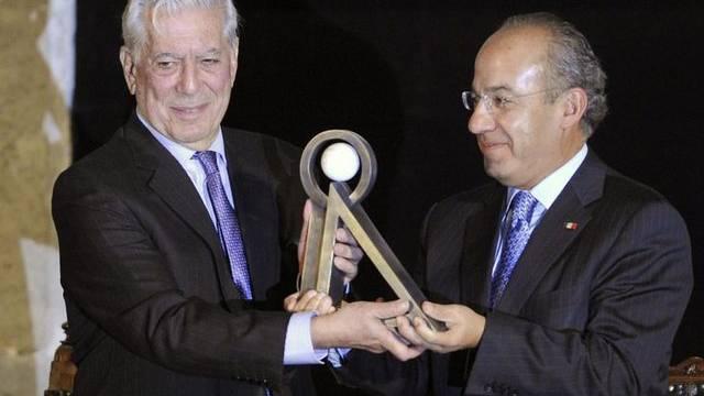 Mario Vargas Llosa erhält aus den Händen des mexikanischen Präsidenten Felipe Calderon die Auszeichnung