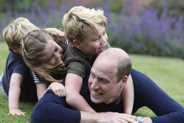 Zusammen mit seinen Geschwistern und Papa Prinz William fotografierte ihn Mama Kate anlässlich des Vatertags und Geburtstages von Prinz William am 20. Juni in Norfolk. Tags darauf feierte William seinen 38. Geburtstag.