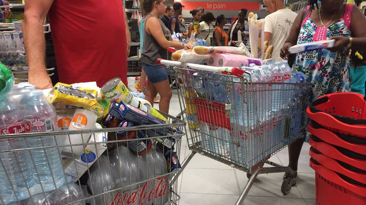 Hamstereinkäufe: Zeitweise war das Wasser in einigen Supermärkten ausverkauft.
