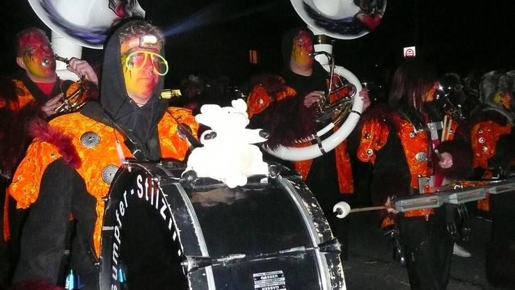 Die Guggenmusik Sumpfer-Stilzli aus dem Kelleramt sorgte am ersten Nachtumzug in Boswil für kakofonische Klänge. Foto: ak