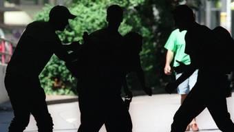 Ein Mann wurde in Weil überfallen und brach danach vor dem Polizeirevier zusammen. (Symbolbild)