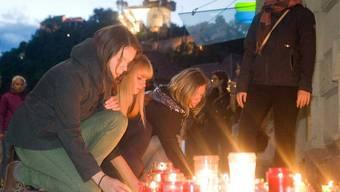 Mehrere tausend Menschen versammelten sich am Samstagabend zu einer Trauerwache im Stadtzentrum von Graz