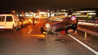 Am Ende auf dem Dach: Eine Lenkerin bemerkte die stehende Kolonne zu spät - mit ihrem Wagen prallte sie in den kleinen Lieferwagen, woraufhin ihr Auto abhob und sich überschlug