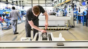 Ein noch stärkerer Franken könnte Schweizer Unternehmen vor Probleme stellen. Hier ein Bild eines Maschinenbauers der Firma Fritz Studer AG.