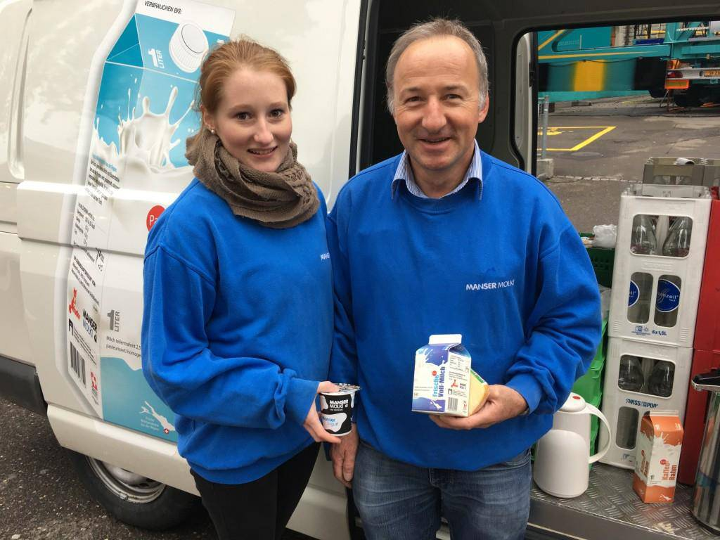 Lorena und Stefan Manser sind am Olma-Jahrmarkt mit Milchprodukten, Kaffee und Brötchen unterwegs. (© FM1Today)
