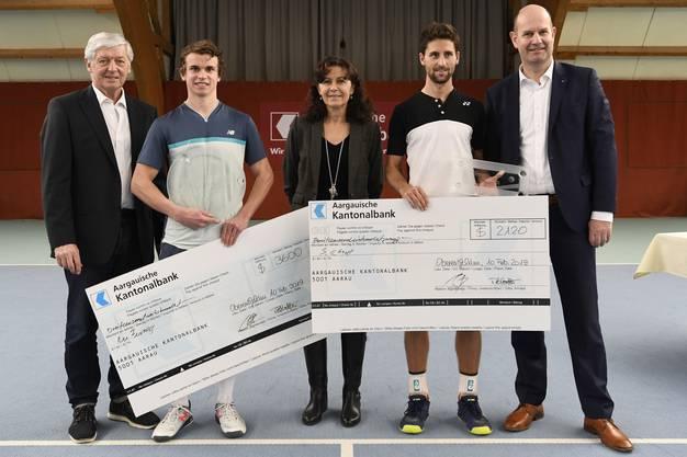 Die beiden Finalisten mit Turnierdirektor Freddy Blatter (links), Monika Blatter (Mitte) und Dieter Widmer, Direktionspräsident der Aargauischen Kantonalbank (rechts).