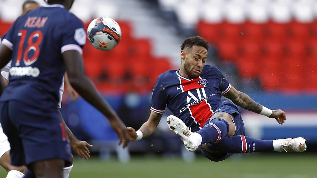 Eine der selten gefährlichen Aktionen von Paris Saint-Germain: Der später ausgeschlossene Neymar kommt einem Treffer mit einer akrobatischen Einlage nahe.
