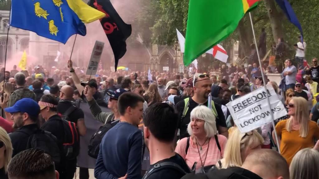 Hunderte protestieren in London gegen Impfungen und Lockdowns