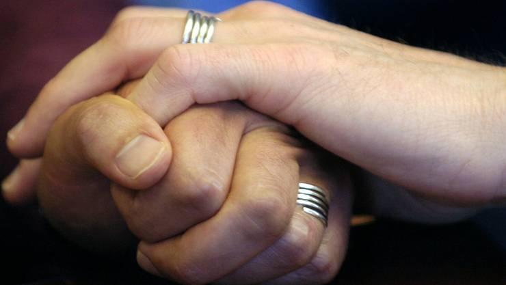 Homosexuellen-Verbände sehen in der Heiratsstrafe-Initiative den Versuch, ein Eheverbot für gleichgeschlechtliche Paare in die Verfassung zu schreiben. (Symbolbild).