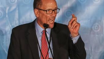 Tom Perez, der Vorsitzende der US-Demokraten. Diese ziehen unter dem Vorwurf einer Verschwörung zur Beeinflussung der Wahl 2016 gegen Russland, Trumps Wahlkampf-Team und WikiLeaks vor Gericht. (Archivbild)