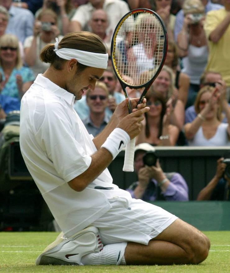 Federer (mit Pferdeschwanz) nach seinem ersten Wimbledon-Sieg.