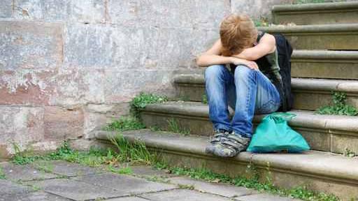 Wer sich einsam fühlt, für den kann Mobbing ein Weg in die gefühlte Gemeinschaft sein – wer mitmacht, ist dabei, auf Kosten eines anderen.