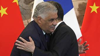 Umarmung nach Unterzeichnung der gemeinsamen Erklärung: Die Aussenminister Chinas und der Dominikanischen Republik, Wang Yi (r) und Miguel Vargas (l).
