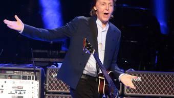 Er fand ihn wieder, den Weg zurück zur Musik: Paul McCartney spielt 2015 in einem Stadion in Philadelphia. (Archivbild)