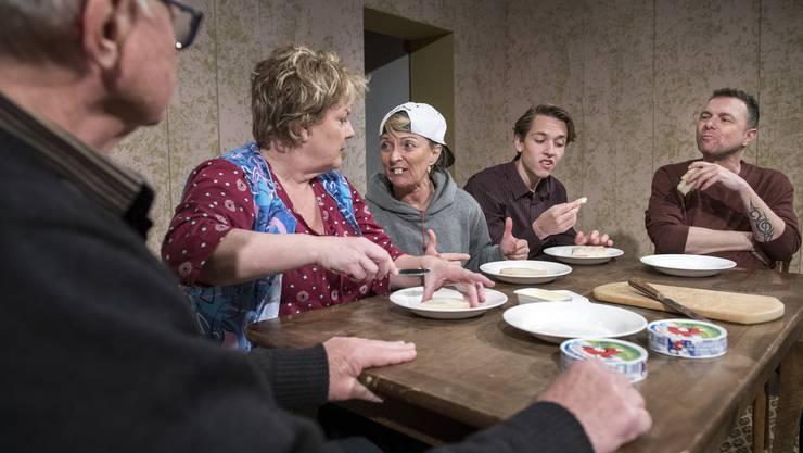 """Szene aus """"Hase Hase"""": Trügerisches Familienidyll am Tisch"""