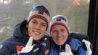 Johannes Klaebo (l.) und sein Grossvater und Trainer Kare Hoesflot nach dem Sieg in der Tour de Ski.