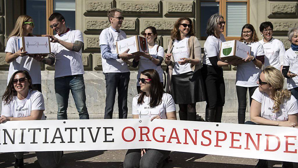 Die Initianten von Jeune Chambre Internationale (JCI) haben die Unterschriften für ihre Volksinitiative «Organspende fördern - Leben retten» eingereicht.