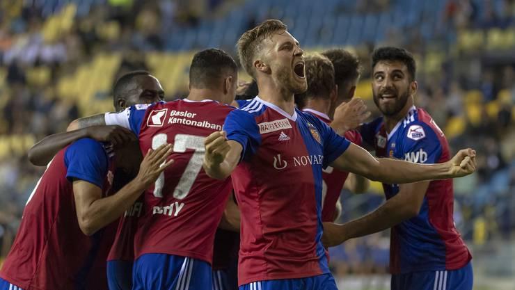Silvan Widmer bejubelt im Vordergrund den 1:0-Auswärtssieg gegen Vitesse Arnheim. Seine Teamkollegen freuen sich zusammen im Hintergrund.