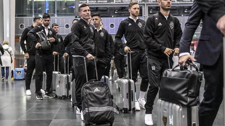 Die Mannschaft wartet auf ihren Flug.
