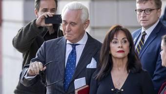 Roger Stone und seine Frau Nydia beim Verlassen des Gerichtsgebàudes.