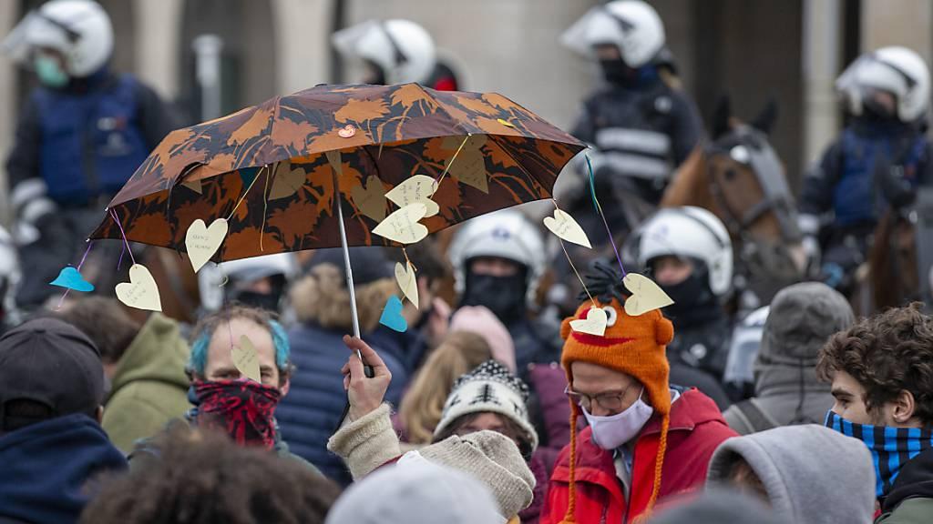 Teilnehmer einer nicht genehmigten Demonstration gegen die Ausgangssperre, organisiert von der Vereinigung «Vecht voor je recht» (Kämpfe für deine Rechte), protestieren vor dem Hauptbahnhof. Foto: Nicolas Maeterlinck/BELGA/dpa