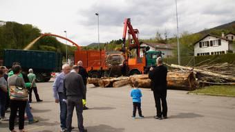 Schaulustige verfolgen die Holzschnitzelzubereitung.